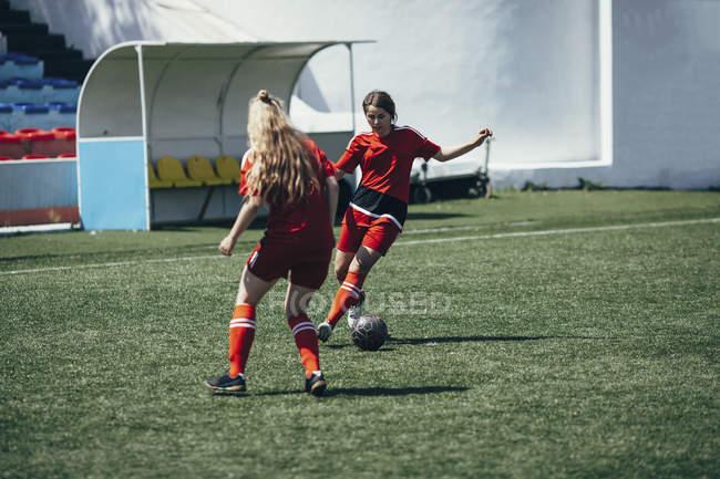 Визначається підлітки грали у футбол на полі — стокове фото