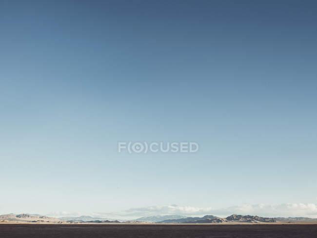 Зніміть далеких видом на гори діапазону проти синього неба — стокове фото