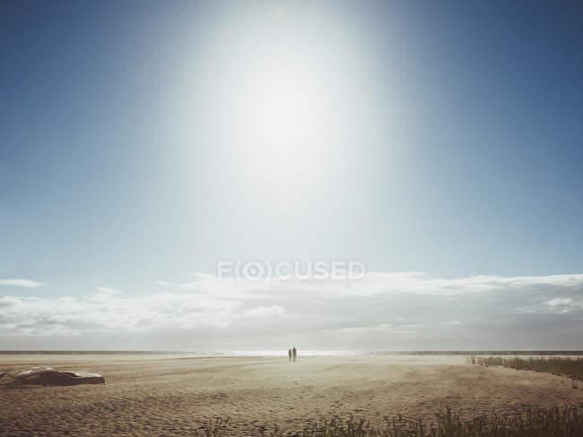 Panoramique paysage désertique avec voiture ébarber et couple de silhouette étreindre — Photo de stock