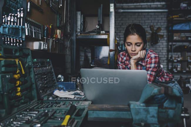 Жіночий механік, використовуючи ноутбук на семінарі — стокове фото