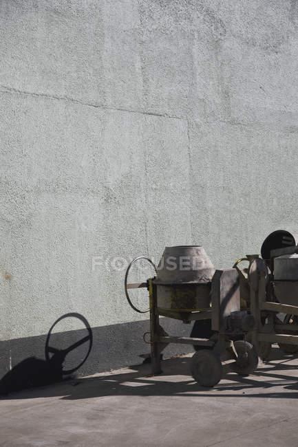 Mezcladores de cemento junto a la pared del edificio - foto de stock