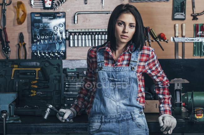 Портрет жіноче механік стоячи на семінарі — стокове фото