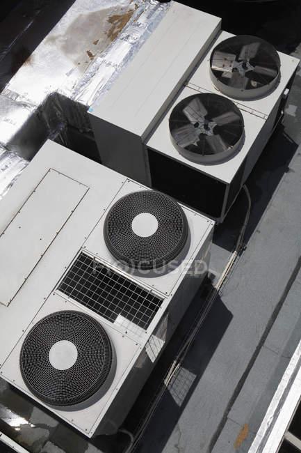 Vista de ángulo alto de climatizadores industriales - foto de stock