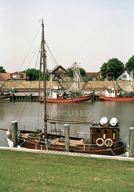 Angelboote/Fischerboote am Kanal der Stadt vor Anker — Stockfoto