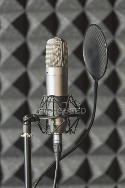 Nahaufnahme des Mikrofons auf dem Stativ im Tonstudio — Stockfoto