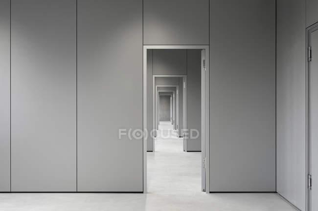 Leerer Flur durch Bürotüren — Stockfoto