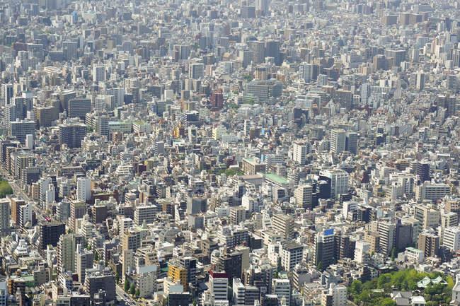 Vue aérienne du paysage urbain bondé jour d'été — Photo de stock