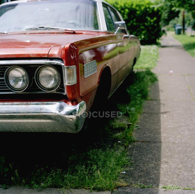 Vista frontal del coche aparcado vintage en césped - foto de stock