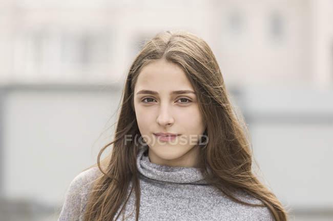 Portrait de jeune fille aux longs cheveux bruns — Photo de stock