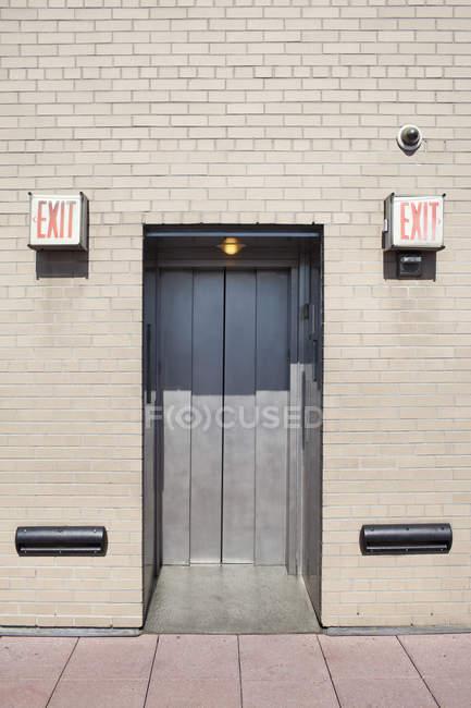 Aufzug-Durchgang zwischen zwei Ausfahrtsschildern — Stockfoto
