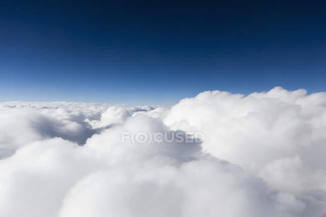 Malerische Aussicht auf Wolkengebilde über blauen Himmel — Stockfoto