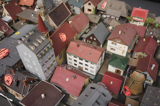 Vista de ángulo alto de etiquetas de precios en techo del modelo casas en venta - foto de stock