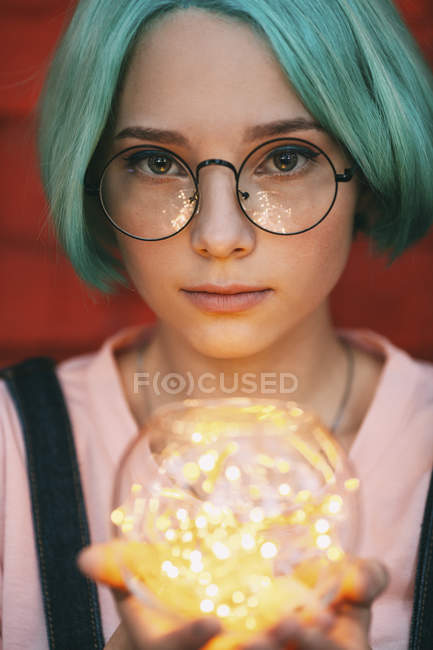 Ragazza adolescente che indossa occhiali con luci di stringa illuminate — Foto stock