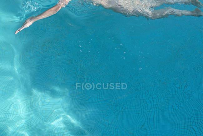 Image recadrée de femme nageant dans la piscine — Photo de stock