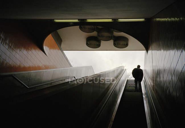 Низький кут зору людини на метро ескалатора — стокове фото