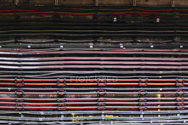 Plan plein cadre de câbles montés sur vieux mur — Photo de stock