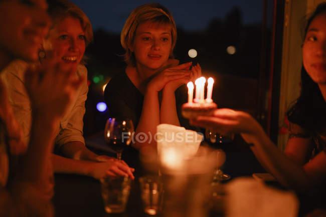 Amigos felizes do sexo feminino desfrutando de festa de aniversário em casa — Fotografia de Stock