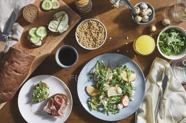 Directamente sobre tiro de distintos alimentos en la mesa - foto de stock