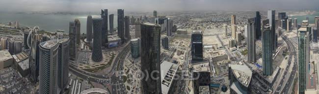 Панорамний вид на хмарочос вежі в місті — стокове фото
