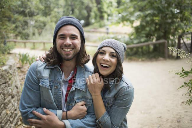 Retrato de casal alegre em pé no parque — Fotografia de Stock