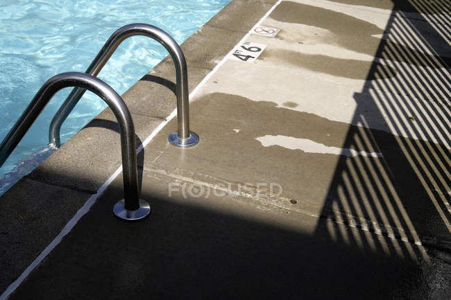 Nahaufnahme der Leiter im Schwimmbad — Stockfoto