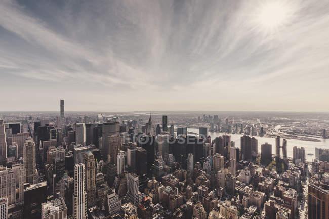 Manhattan y East River contra el cielo visto desde Empire State Building, Nueva York, Nueva York, EE.UU. - foto de stock