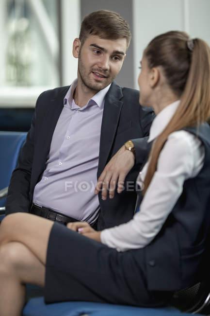 Jovem empresário falar com o colega no aeroporto — Fotografia de Stock