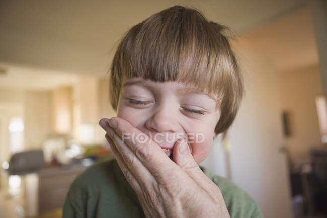Die Hand eines Erwachsenen den Mund zu einem jungen — Stockfoto
