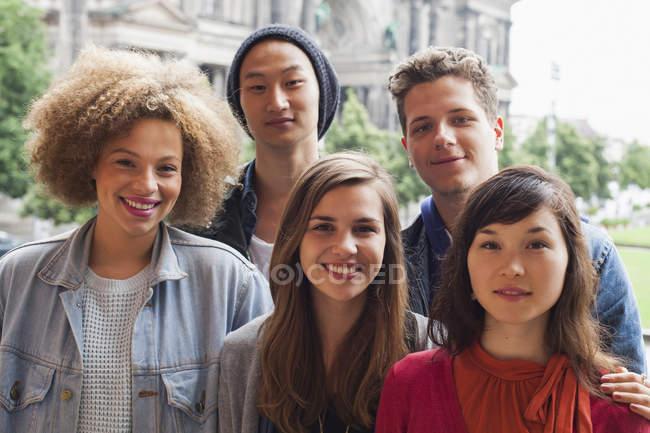 Porträt lächelnder multiethnischer Freunde vor dem Berliner Dom, Deutschland — Stockfoto