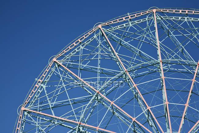 Vue à angle bas de la roue ferris contre le ciel bleu — Photo de stock