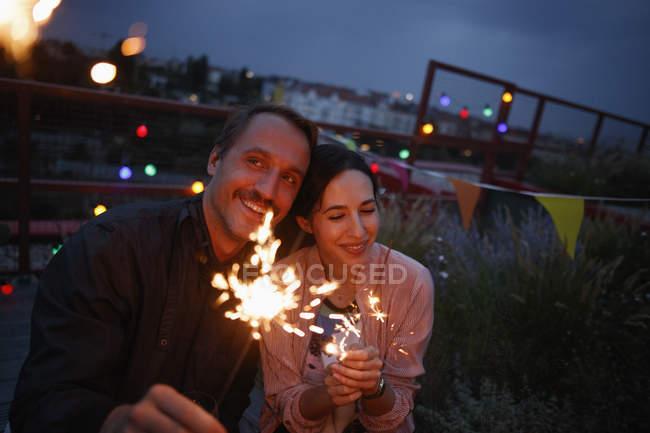 Brautpaar mit Wunderkerzen auf Terrasse bei Nacht — Stockfoto