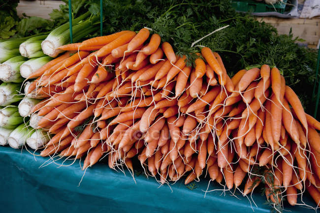 Pile of carrots at outdoor market stall — Stock Photo