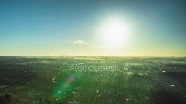 Luftaufnahme von Gebäuden in Landschaft gegen Himmel bei Sonnenaufgang — Stockfoto