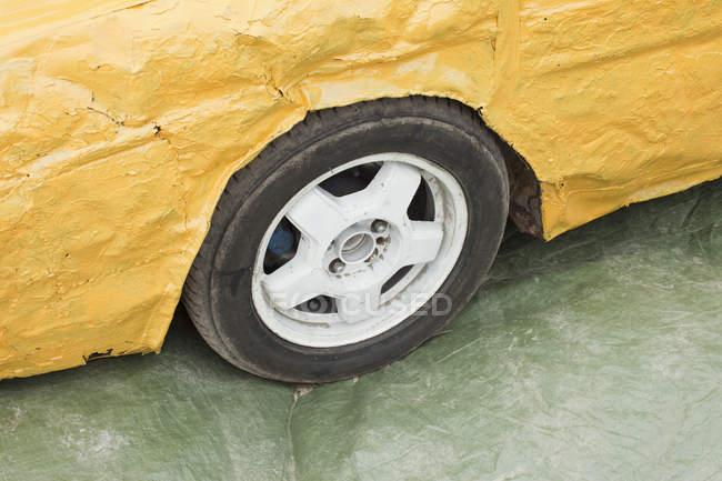 Деталь постріл жовтий пошкоджений автомобіль — стокове фото