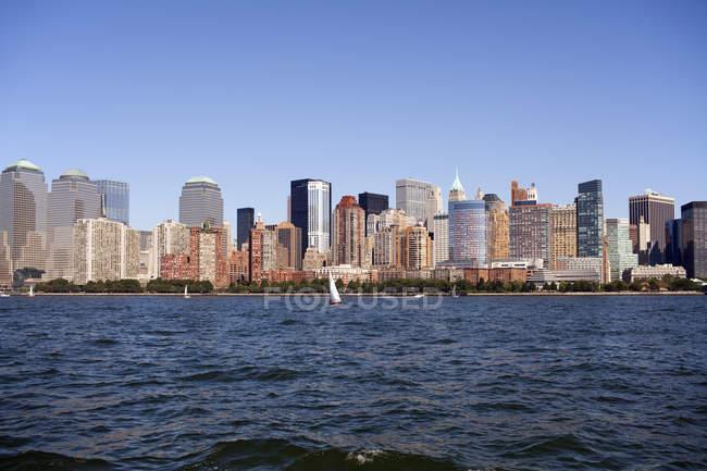 Vista de fachadas de rascacielos en Manhattan skyline - foto de stock