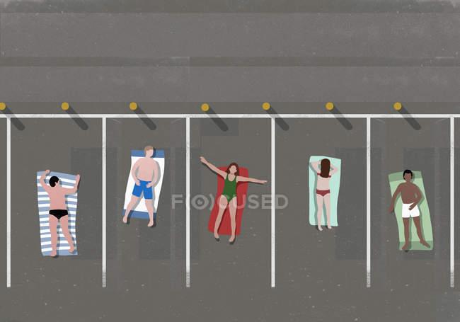 Vista di alto angolo di persone prendere il sole nel parcheggio — Foto stock