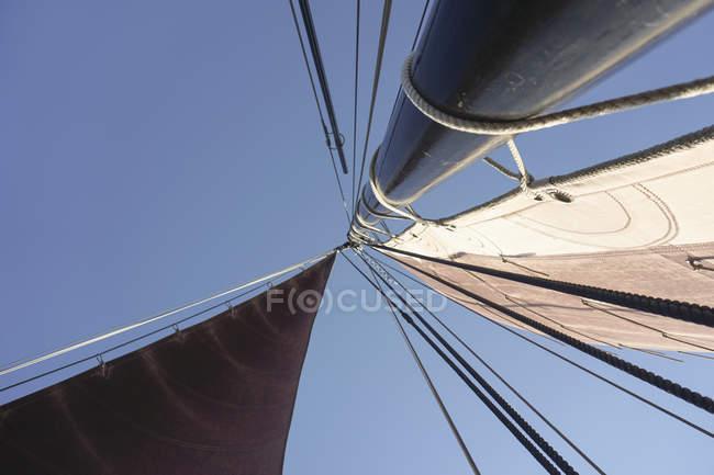 Vista inferior do mastro e as velas do barco de pesca tradicional — Fotografia de Stock