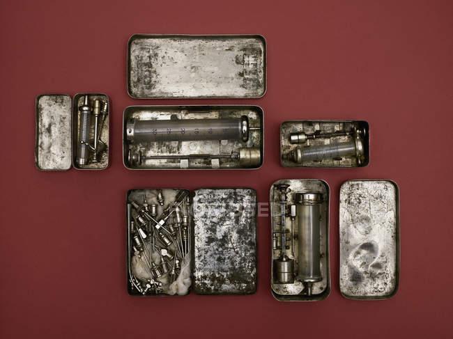 Прямо над кадром старомодные медицинские инструменты на красном фоне — стоковое фото