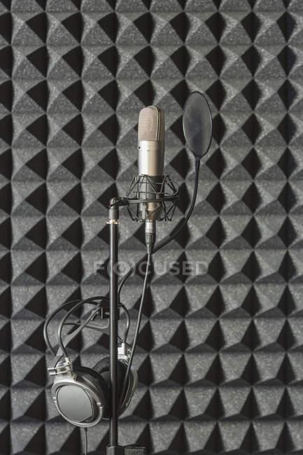 Навушники з мікрофоном стояти в студії звукозапису звуконепроникні — стокове фото