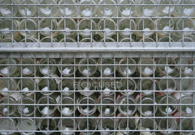 Plan plein cadre de bouteilles en verre empilées — Photo de stock