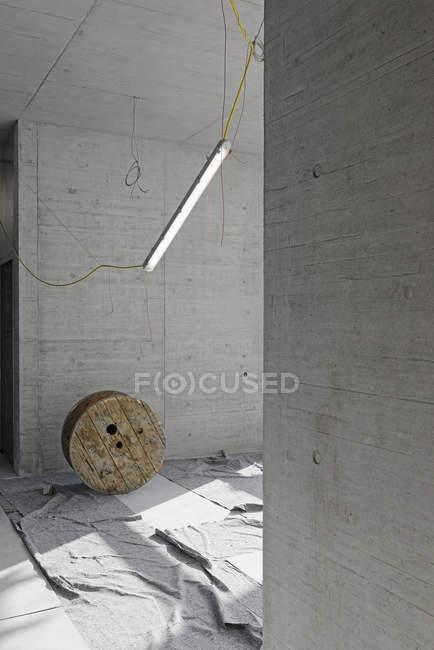 Деревянная кабельная катушка на строительной площадке — стоковое фото