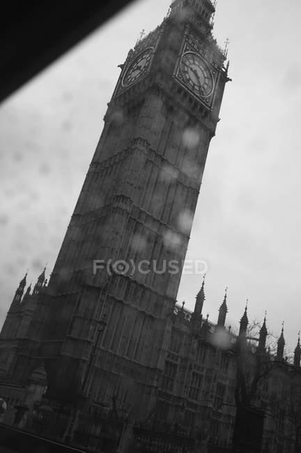 Vue faible angle de Big Ben, visible à travers la fenêtre de véhicule, Londres, Angleterre, Royaume-Uni — Photo de stock