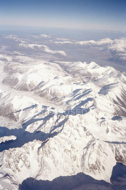 Veduta aerea delle catene montuose innevate — Foto stock