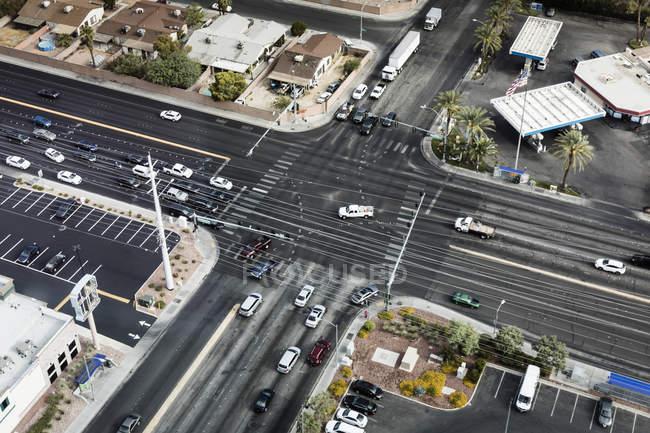 Вид с воздуха на автомобили, движущиеся по пересекающимся дорогам в городе — стоковое фото