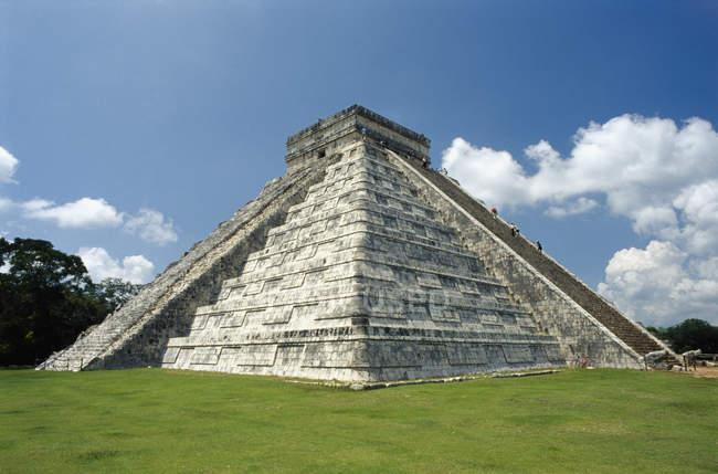 Екстер'єр майя піраміди проти чистого неба — стокове фото