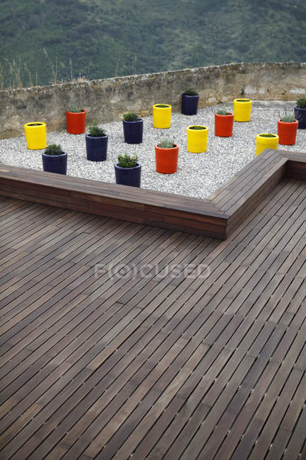 Vista exterior de terraza con macetas de colores - foto de stock