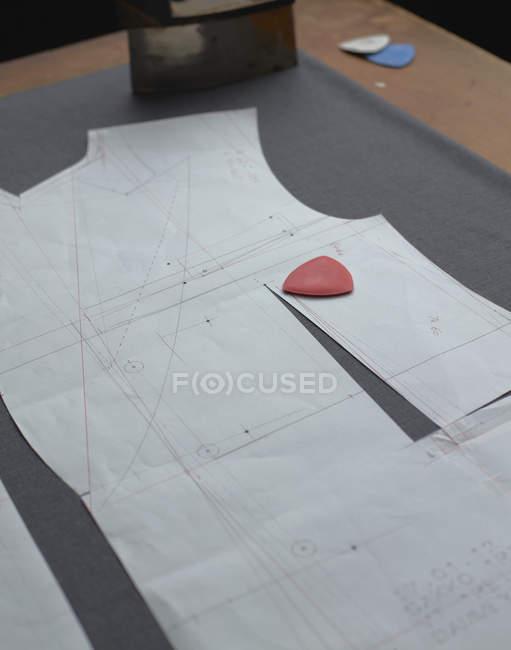 Висока кут зору крейдою на папері з костюм дизайн студія — стокове фото