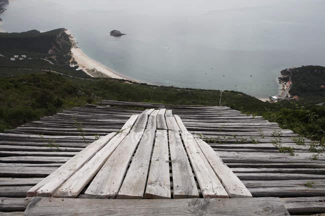 Vista desde rampa de lanzamiento de madera para parapente - foto de stock