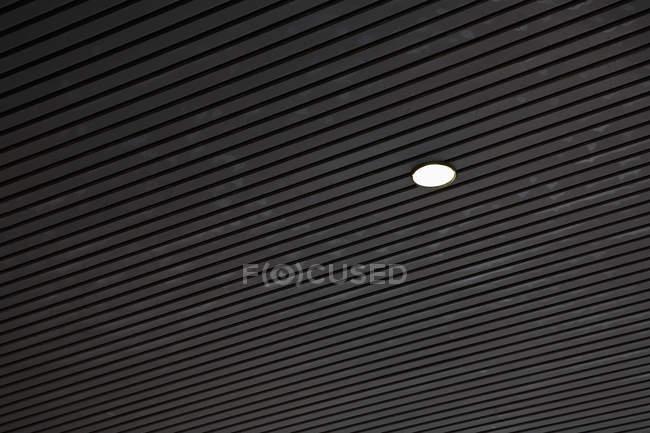 Accesorio de luz en patrón de techo - foto de stock