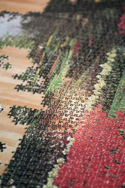 Высокий угол обзора неполной головоломки на деревянный стол — стоковое фото